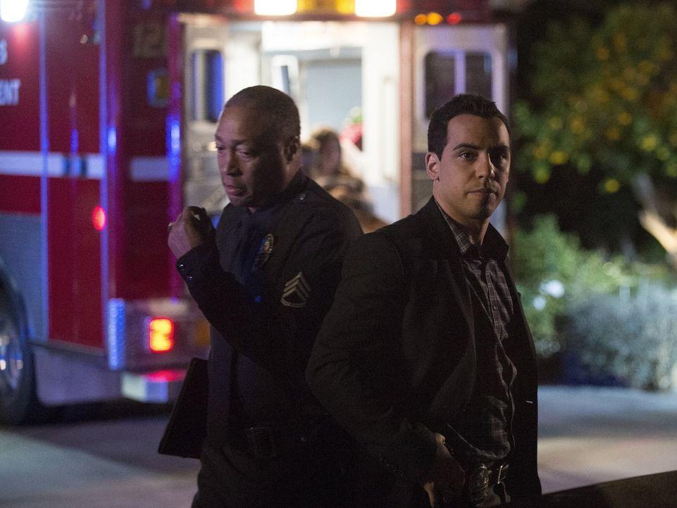 Ein neuer Fall wartet auf Ben (Victor Rasuk, r.) und seine Kollegen ... - Bildquelle: Warner Bros. Entertainment, Inc.