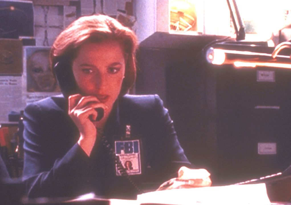 Scully (Gillian Anderson) hat Gewebeproben des Eiskerns untersuchen lassen, in dem ein außerirdischer Leichnam lag, und dabei eine schreckliche Entd... - Bildquelle: TM +   2000 Twentieth Century Fox Film Corporation. All Rights Reserved.