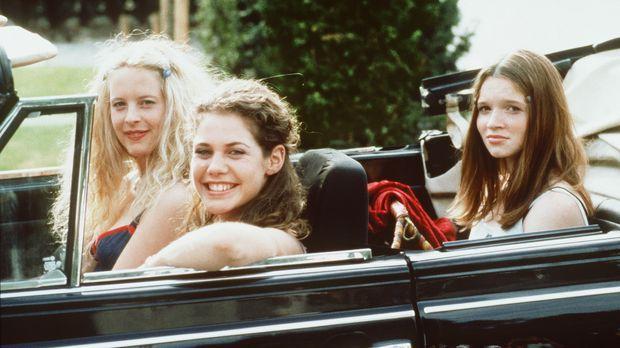 Inken (Diana Amft, l.), Victoria (Felicitas Woll, M.) und Lena (Karoline Herf...