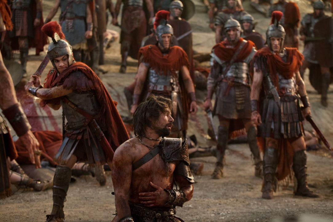 Nimmt Abschied von Naevia, bevor Tiberius (Christian Antidormi, l.) ihn enthauptet: Crixus (Manu Bennett, vorne) ... - Bildquelle: 2012 Starz Entertainment, LLC. All rights reserved.
