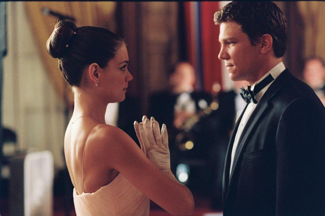 Obwohl Samantha (Katie Holmes, l.) ahnt, dass es mit dem gestrengen Papa Ärger gibt, will sie ihre Romanze mit James (Marc Blucas, r.) nicht beende... - Bildquelle: Epsilon Motion Pictures GmbH