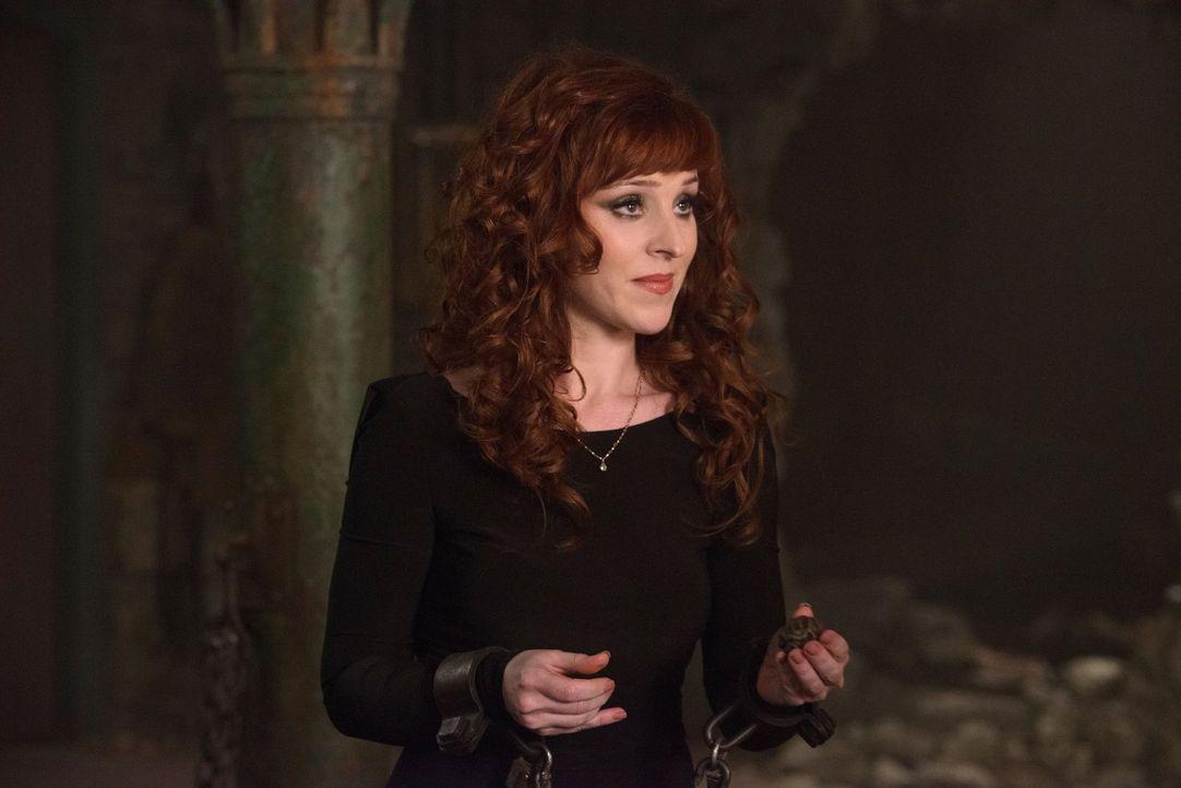 Nachdem Dean sich von seinem Bruder abgewandt hat, versucht Sam alles, um Rowena (Ruth Connell) dazu zu zwingen den Zauber anzuwenden, der das Mal v... - Bildquelle: 2016 Warner Brothers