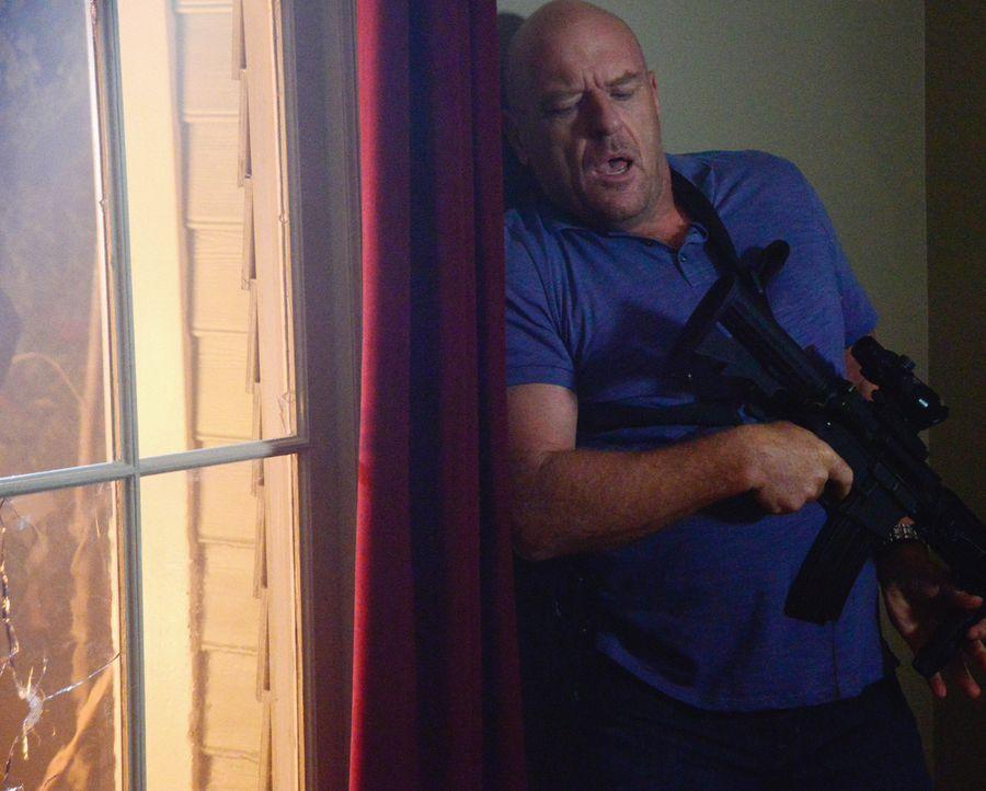 Nachdem Christine dem Wiederstand den Kampf angesagt hat, müssen sich Big Jim (Dean Norris) und seine Verbündeten immer wieder verteidigen ... - Bildquelle: Brownie Harris 2015 CBS Studios Inc.