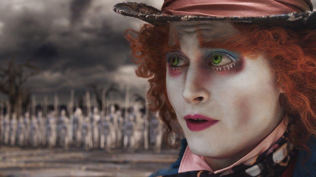 Die Rote Königin muss endlich vom Thron gestoßen werden: Der Meinung ist nicht nur der verrückte Hutmacher (Johnny Depp), ein Widerständler im U... - Bildquelle: Leah Gallo Disney Enterprises, Inc. All rights reserved
