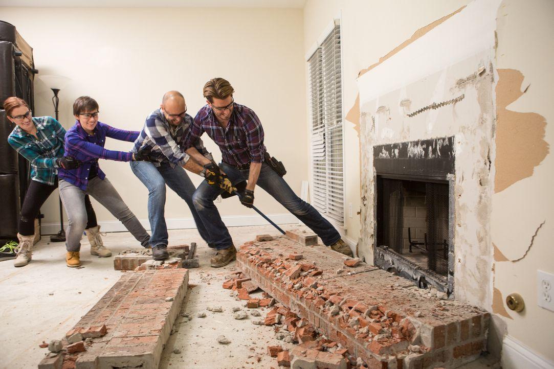 Anne (l.), Barbara (2.v.l.) und Luca (2.v.r.) packen ordentlich mit an, als Jonathan (r.) mit den Renovierungsarbeiten in ihrem neuen Haus beginnt,... - Bildquelle: Jessica McGowan 2013, HGTV/Scripps Networks, LLC. All Rights Reserved