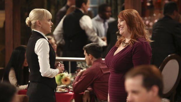 Christy (Anna Faris, l.) trifft Jessica (Dana Powell, r.), eine alte Klassenk...