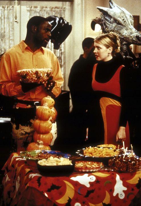 Sabrina (Melissa Joan Hart, r.) lädt an Halloween ihre Freunde zu einer Party ein ... - Bildquelle: Paramount Pictures