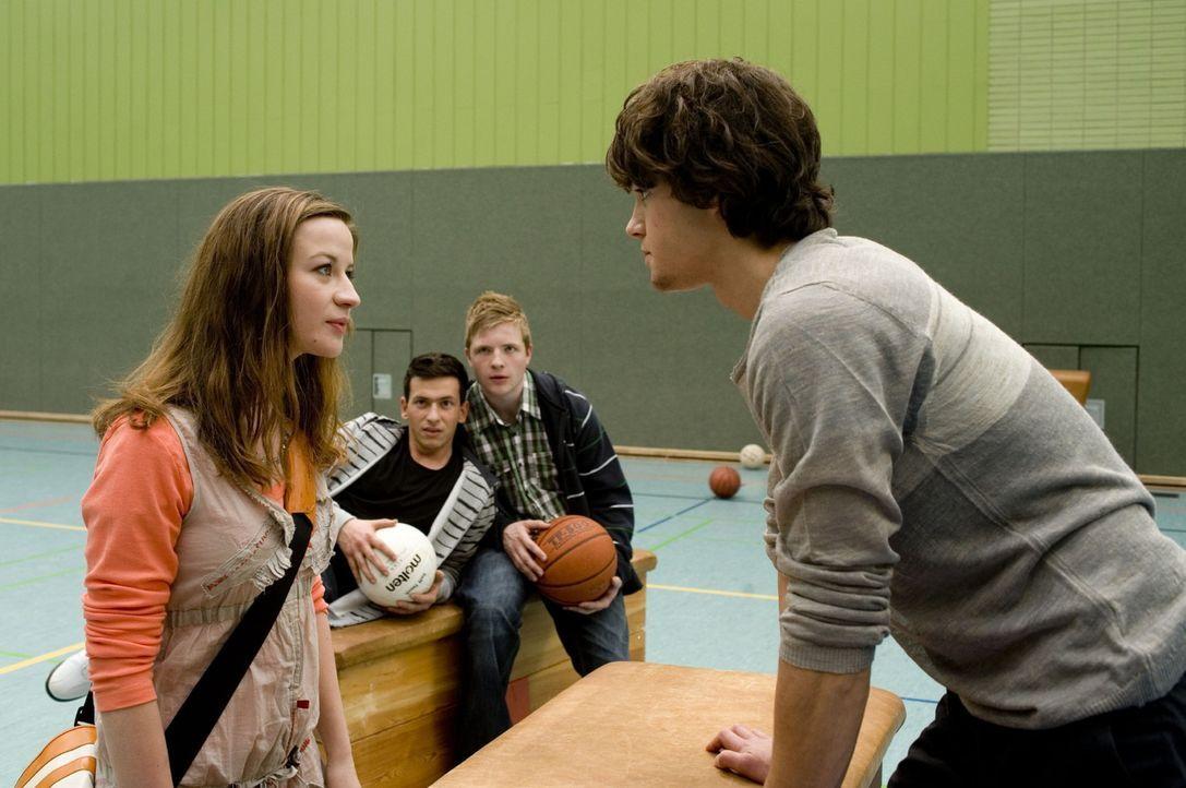 Obwohl Marla (Nina Gummich, l.) es schrecklich peinlich findet, den eigenen Vater als Lehrer zu haben, kann sie den fiesen Machenschaften der Clique... - Bildquelle: Sat.1