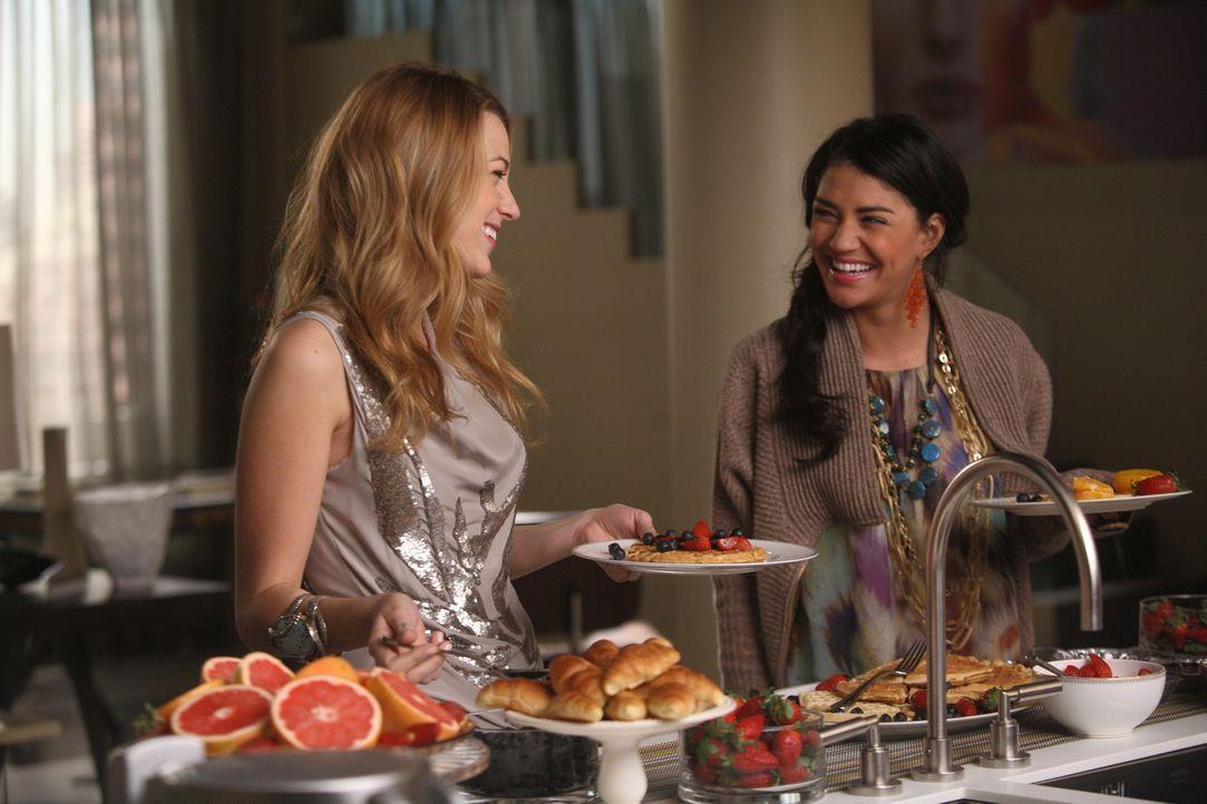 Serena (Blake Lively, l.) freut sich, dass ihr Ex jetzt so eine tolle Freundin wie Vanessa (Jessica Szohr, r,) hat. - Bildquelle: Warner Brothers