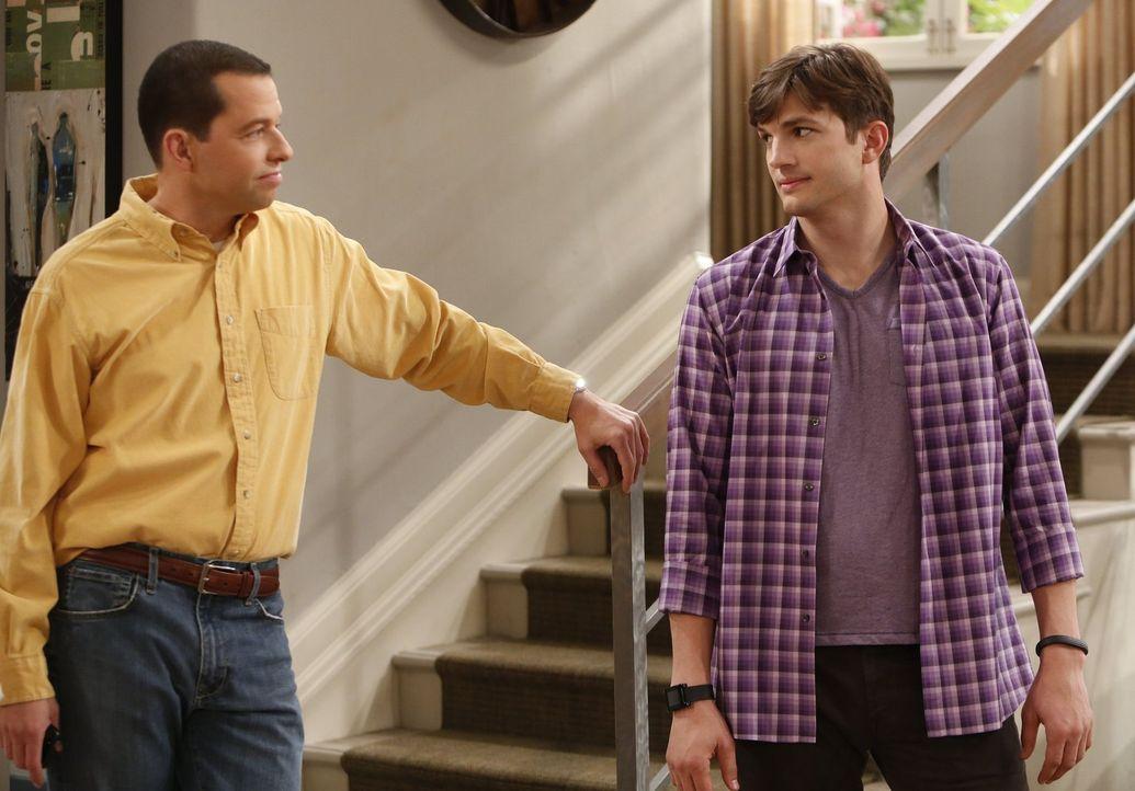 Als Alan (Jon Cryer, l.) seine neue Freundin Gretchen mit in Waldens (Ashton Kutcher, r.) Haus bringt und sie allen vorstellt, kommt es zu peinliche... - Bildquelle: Warner Brothers Entertainment Inc.