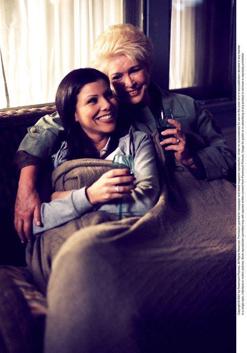 Lydia (Heather Paige Kent, l.) und ihre Mutter Dolly (Ellen Burstyn, r.) verstehen sich sehr gut ... - Bildquelle: CBS Television