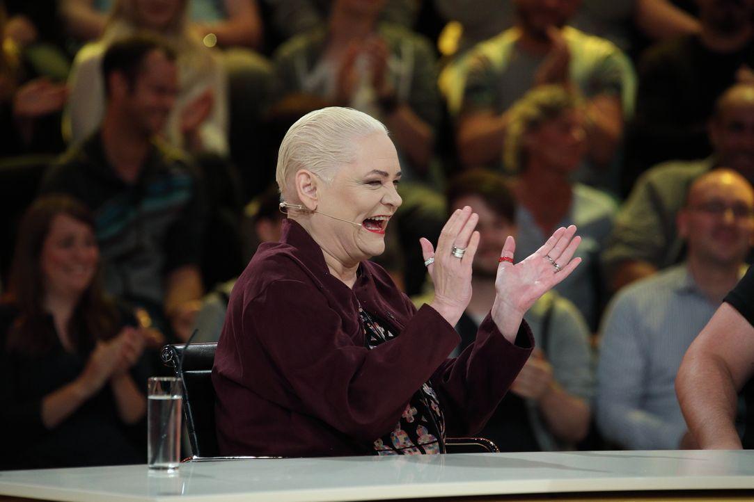 """In """"Genial daneben"""" versucht Comedy-Queen Hella von Sinnen ganz besondere Fragen der Zuschauer zu erraten ... - Bildquelle: Frank Hempel SAT.1"""