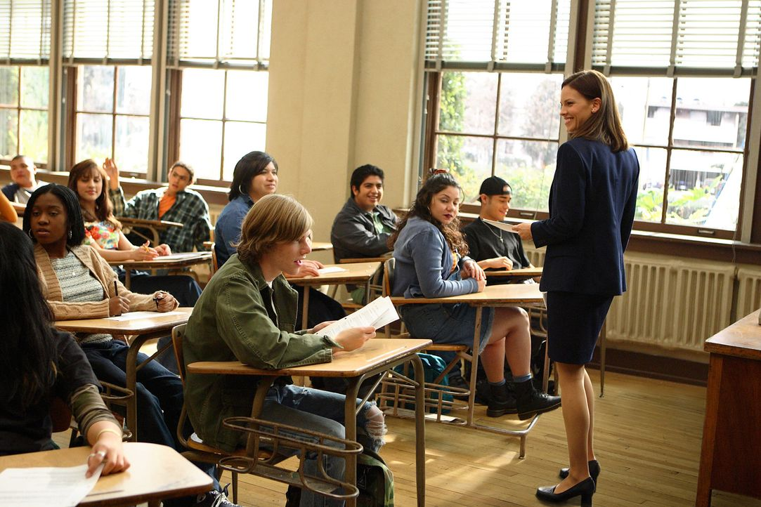 Hoch motiviert kommt die junge Lehrerin Erin Gruwell (Hilary Swank, r.) in ihre neue Klasse. Schon in den ersten paar Minuten spürt sie die Spannun... - Bildquelle: Paramount Pictures