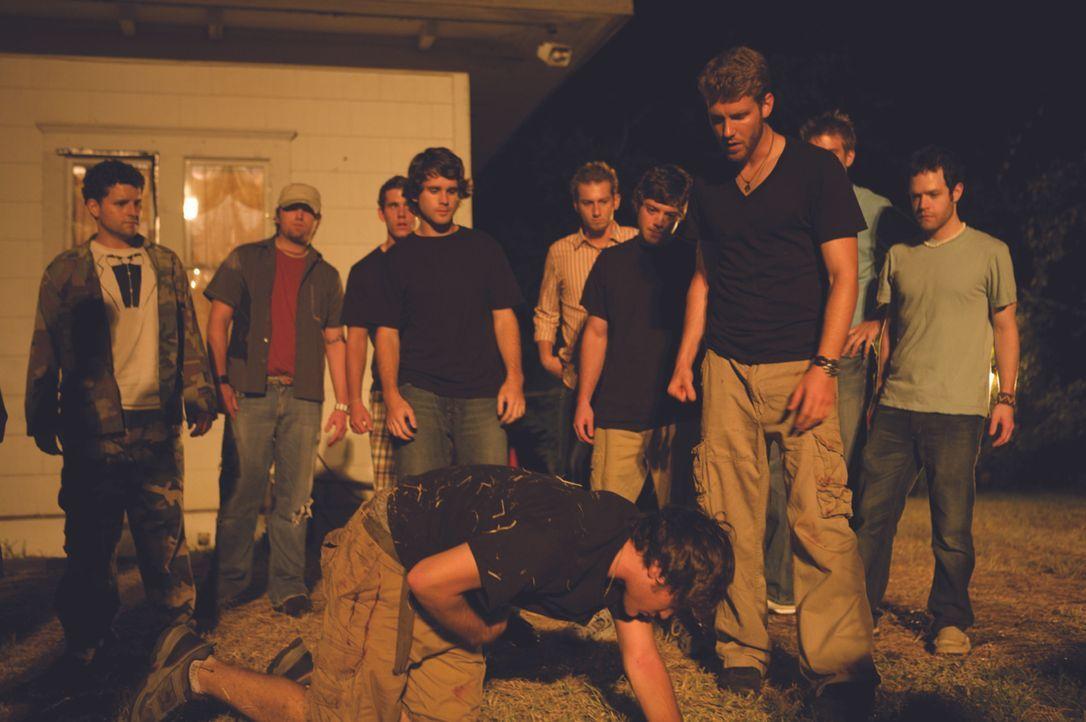 Um in die Studentenverbindung aufgenommen zu werden, sollen Adam und die restlichen Bewerber eine Tankstelle überfallen. - Bildquelle: Ascot Elite Entertainment Group