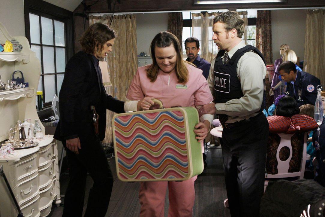 Reid (Matthey Gray Gubler, l.) kommt gerade noch rechtzeitig, um die drei entführte Frauen aus Samanthas (Jennifer Hasty, 2.v.l.) Haus zu befreien u... - Bildquelle: Touchstone Television