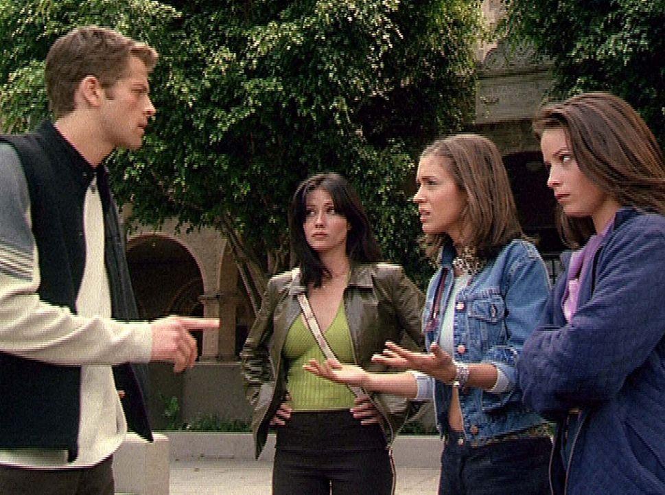(v.r.n.l.) Piper (Holly Marie Combs), Phoebe (Alyssa Milano) und Prue (Shannen Doherty) wollen Eric (Misha Collins) davon überzeugen, dass sie ihm... - Bildquelle: Paramount Pictures