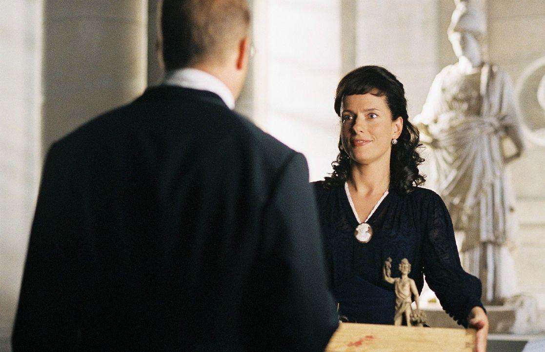 Michaela Neumann (Claudia Michelsen, r.), die Ehefrau von Schliemanns (Heino Ferch, l.) Widersacher Oskar Neumann, findet Heinrich Schliemann sympat... - Bildquelle: Stephan Rabold Sat.1