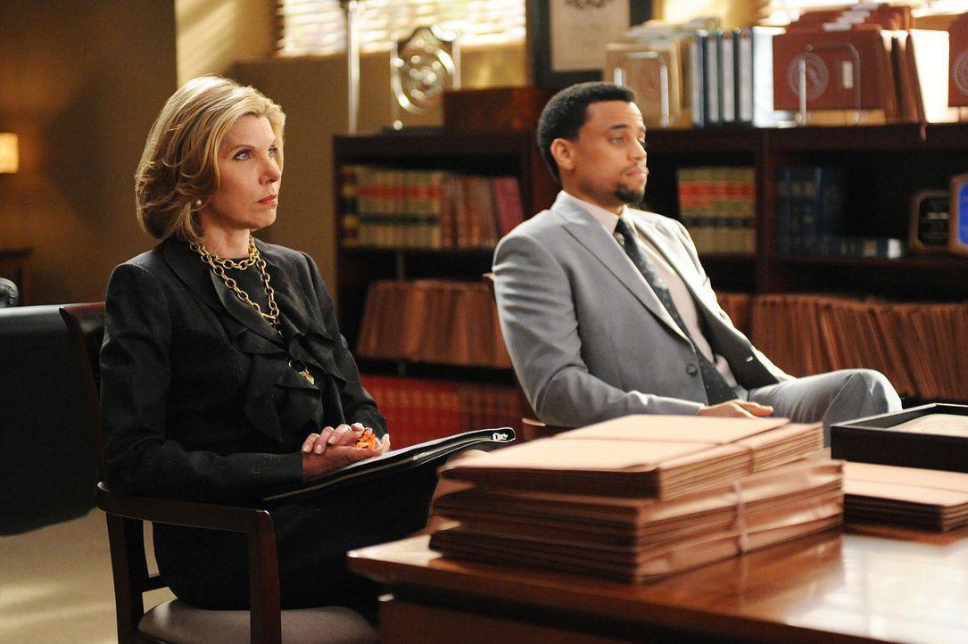 Diane (Christine Baranski, l.) und Derrick (Michael Ealy, r.) arbeiten an einem äußerst brisanten Fall, der hohe Wellen schlägt. - Bildquelle: CBS Broadcasting Inc. All Rights Reserved