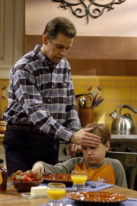 Alan (Jon Cryer, l.) organisiert für seinen Sohn Jake (Angust T. Jones, r.) einen Tag in Disneyland, um ihm die Trennung von seiner Mutter schmackha... - Bildquelle: Warner Brothers Entertainment Inc.