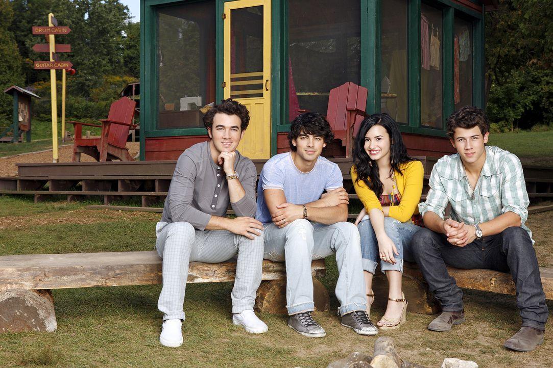 Haben starke Konkurrenz bekommen, die ihnen schwer zu schaffen macht: (v.l.n.r.) Jason (Kevin Jonas), Shane (Joe Jonas), Mitchie (Demi Lovato) und N... - Bildquelle: Disney