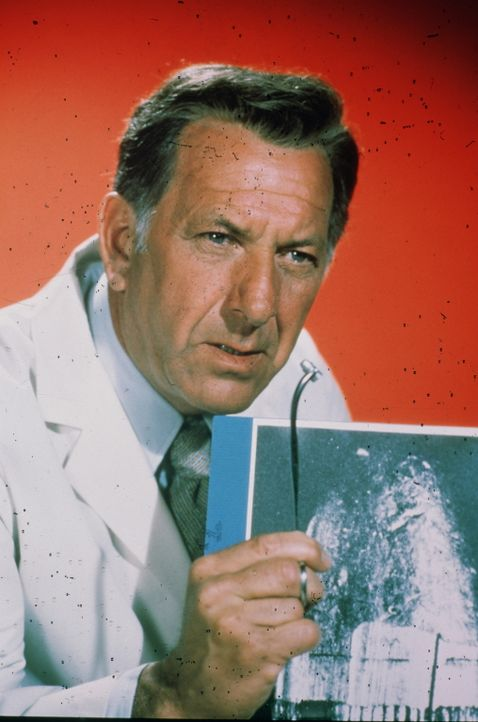 Eigentlich soll der Pathologe Dr. Quincy (Jack Klugman) nur Leichen im Labor untersuchen, doch oft mischt er sich auch in die polizeilichen Untersuc... - Bildquelle: 2004 - 2015  NBCUniversal. ALL RIGHTS RESERVED.