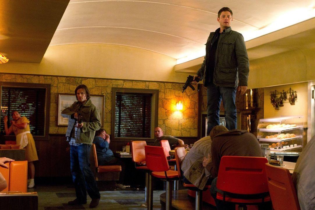 """Sam (Jared Padalecki, l.) und Dean (Jensen Ackles, r.) sind wieder einmal auf der """"Most Wanted""""-Liste des FBI, da zwei Leviathane die beiden klonen... - Bildquelle: Warner Bros. Television"""