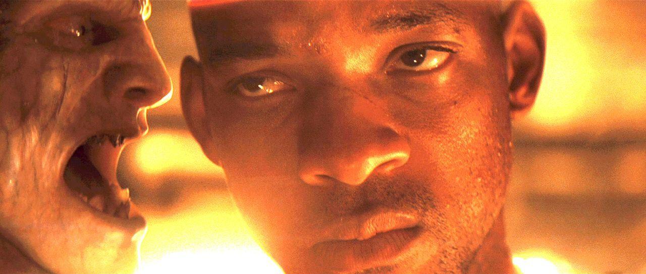 Robert Neville (Will Smith, r.) versucht verzweifelt, die mutierte Menschheit zu retten, doch die will gar nicht gerettet werden ... - Bildquelle: Warner Brothers International