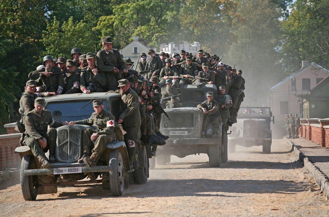 Als alle fliehen, da verdonnert die Wehrmacht sieben Schüler direkt von der Schulbank weg, ein Himmelfahrtskommando zu übernehmen. Sie sollen eine s... - Bildquelle: Boris Guderjahn ProSieben