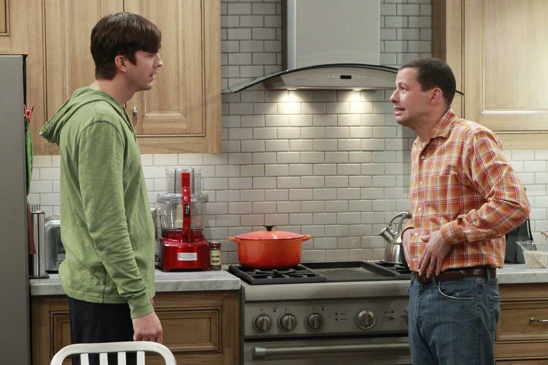 Durch die Erziehung von Louis geraten Alan (Jon Cryer, r.) und Walden (Ashton Kutcher, l.) in einen heftigen Streit ... - Bildquelle: Warner Bros. Entertainment, Inc.