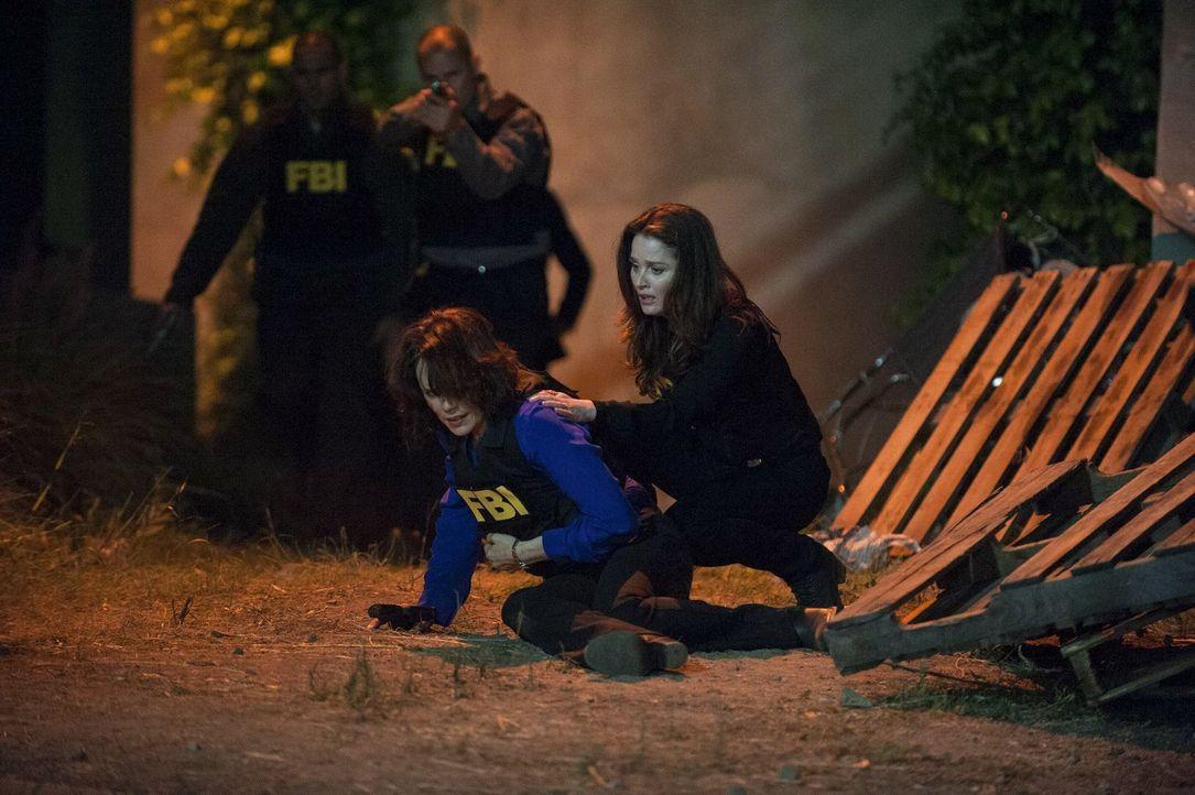 Riskieren im Einsatz für das FBI ihr Leben: Fischer (Emily Swallow, l.) und Lisbon (Robin Tunney, r.) ... - Bildquelle: Warner Bros. Television