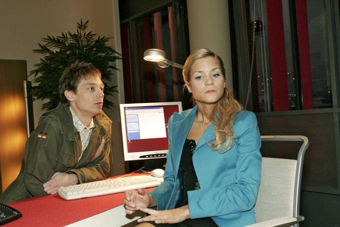 Jürgen (Oliver Bokern, l.), der eigentlich Lisa abholen wollte, nutzt seine Chance und flirtet mit Sabrina (Nina-Friederike Gnädig, r.). Kurz entsch... - Bildquelle: Noreen Flynn Sat.1