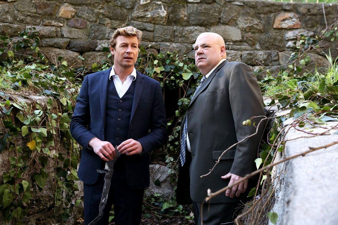 Agent J.J. LaRoche (Pruitt Taylor Vince, r.), der Leiter der Internen Ermittlung des CBI, bittet Patrick (Simon Baker, l.) um Hilfe ... - Bildquelle: Warner Bros. Television