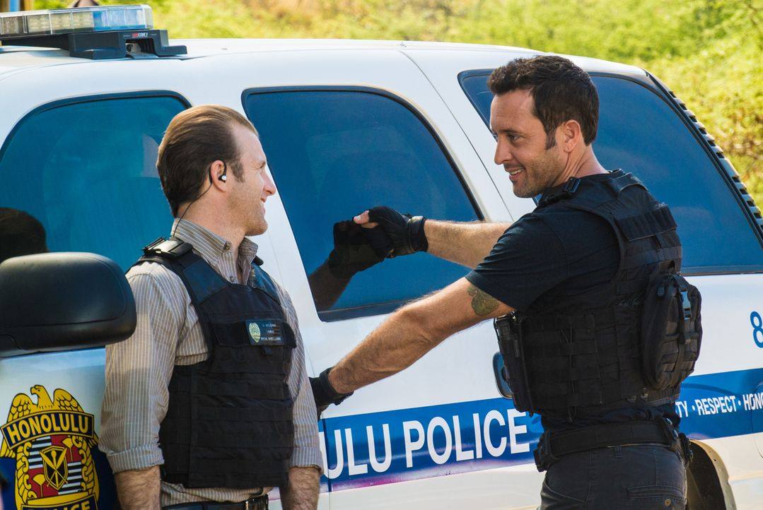 Ein neuer Fall wartet auf Steve (Alex O'Loughlin, r.) und Danny (Scott Caan, l.) ... - Bildquelle: Norman Shapiro 2016 CBS Broadcasting, Inc. All Rights Reserved