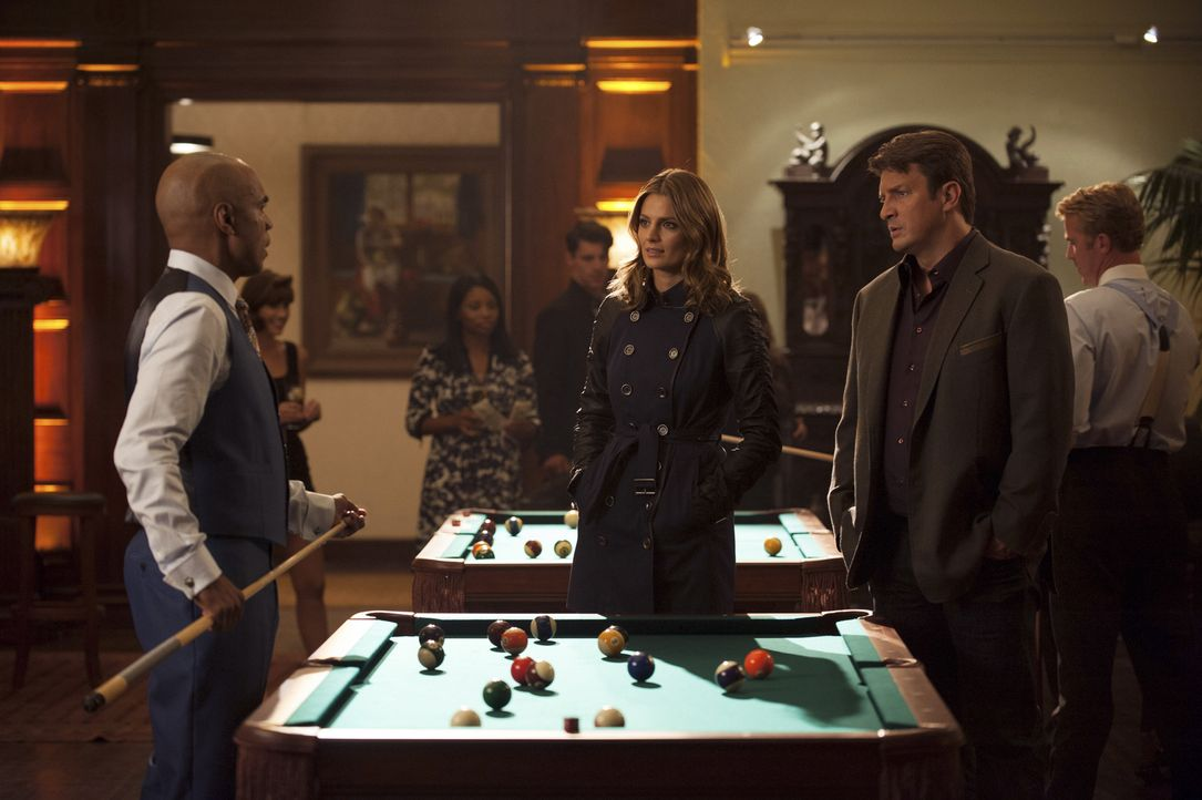 Nach dem Mord an einem Billardprofi befragen Kate Beckett (Stana Katic, M.) und Richard Castle (Nathan Fillion, r.) Fats Shepherd (Tom Wright, l.) ... - Bildquelle: Colleen Hayes ABC Studios