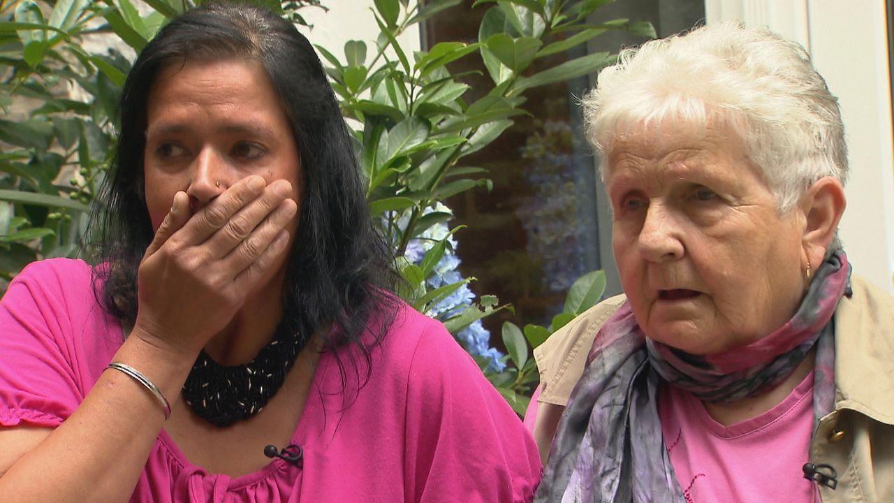 Kathrin (l.) bittet Julia um Hilfe, denn sie fragt sich, wie es ihren Geschwistern ergangen ist, seit sie Mitter der 70er Jahre der Mutter (r.) wegg... - Bildquelle: SAT.1