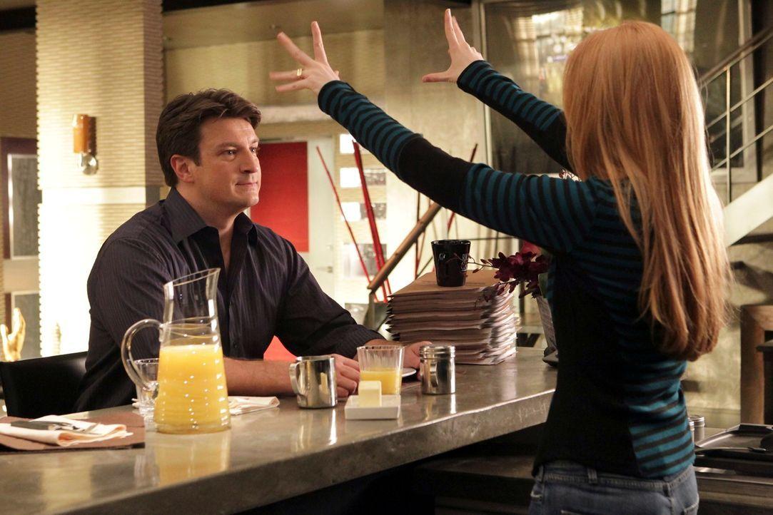 Richard Castle (Nathan Fillion, l.) ist sehr stolz auf seine Tochter Alexis (Molly C. Quinn, r.), die schon so manche schwierige Situation gemeister... - Bildquelle: ABC Studios