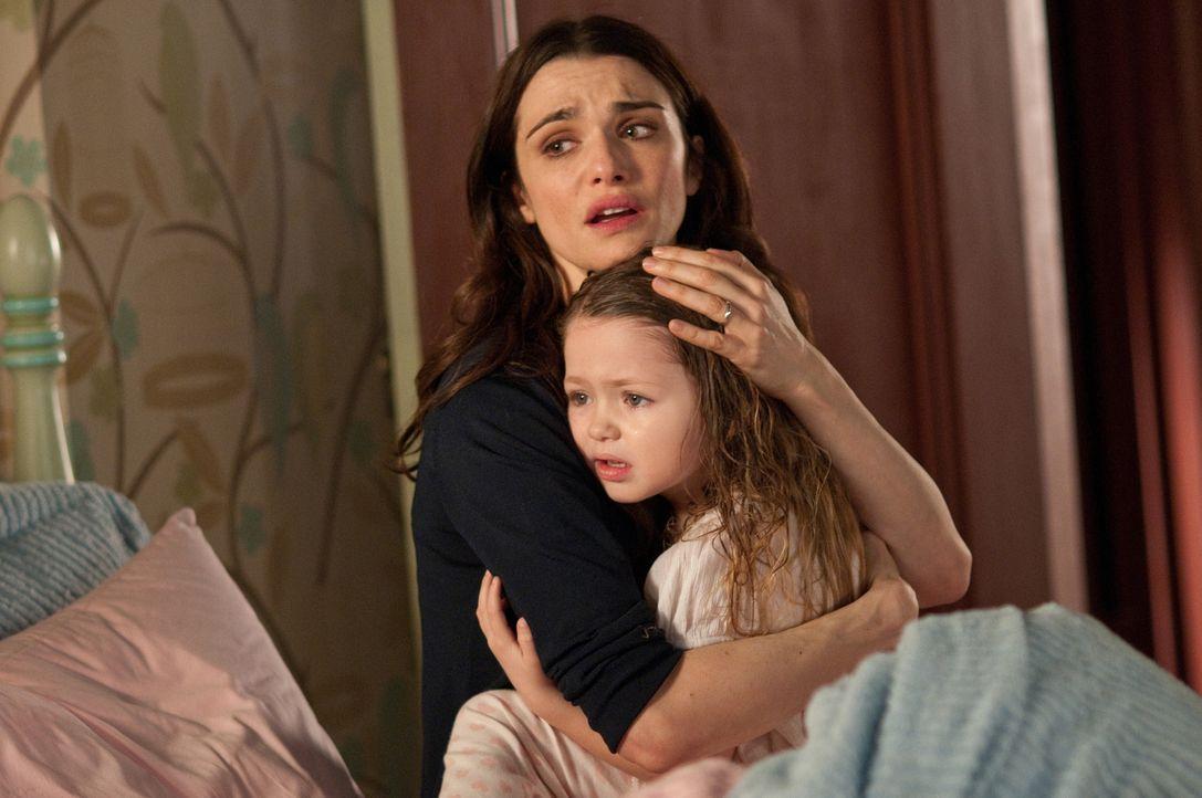 Nachdem unerklärliche Dinge geschehen, wird der Umzug in ihr Traumhaus zum Überlebenskampf für Libby (Rachel Weisz, l.) und Dee Dee (Claire Geare, r... - Bildquelle: 2011 Universal Studios