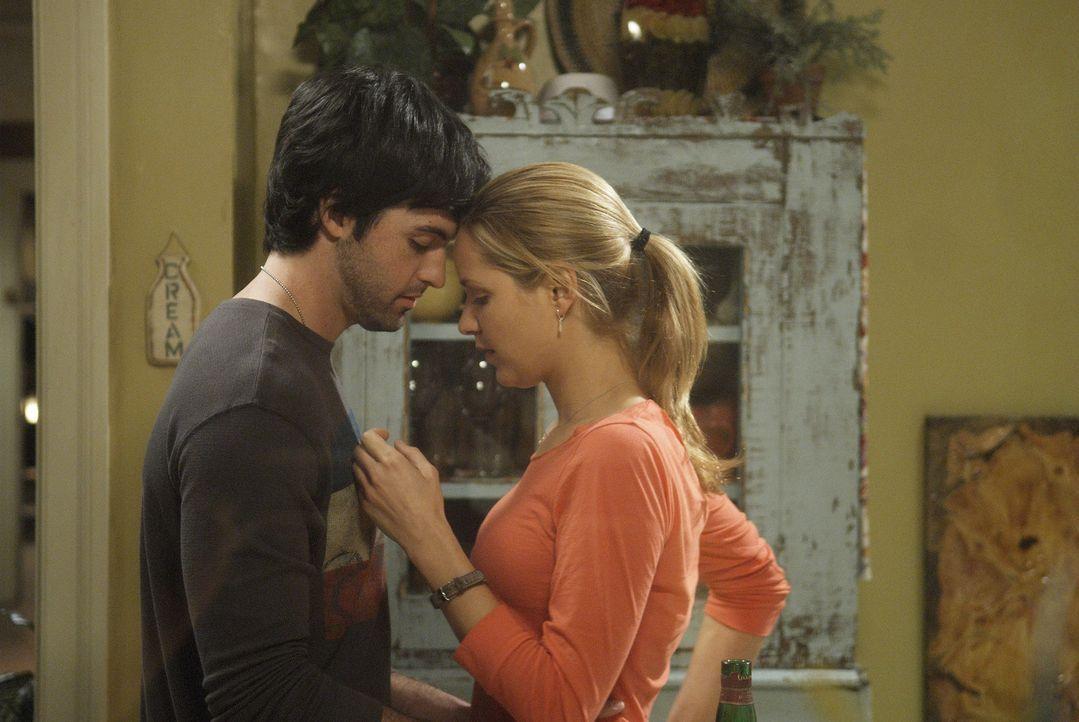 P.J. (Jordana Spiro, r.) ist nach den Küssen von Brendan (Reid Scott, l.) völlig durch den Wind. Sie weiß nicht, was sie davon halten soll. - Bildquelle: 2006 Sony Pictures Television Inc. All Rights Reserved.
