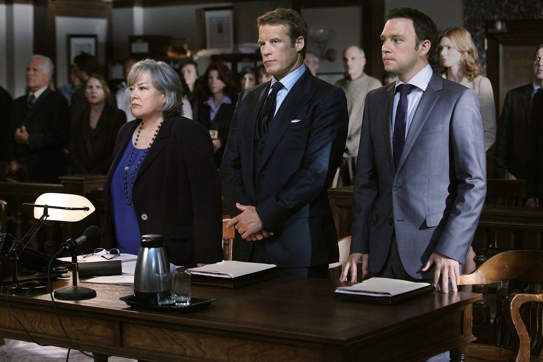 Arbeiten an einem neuen Fall: Adam (Nathan Corddry, r.), Oliver (Mark Valley, M.) und Harry (Kathy Bates, l.) ... - Bildquelle: Warner Bros. Television
