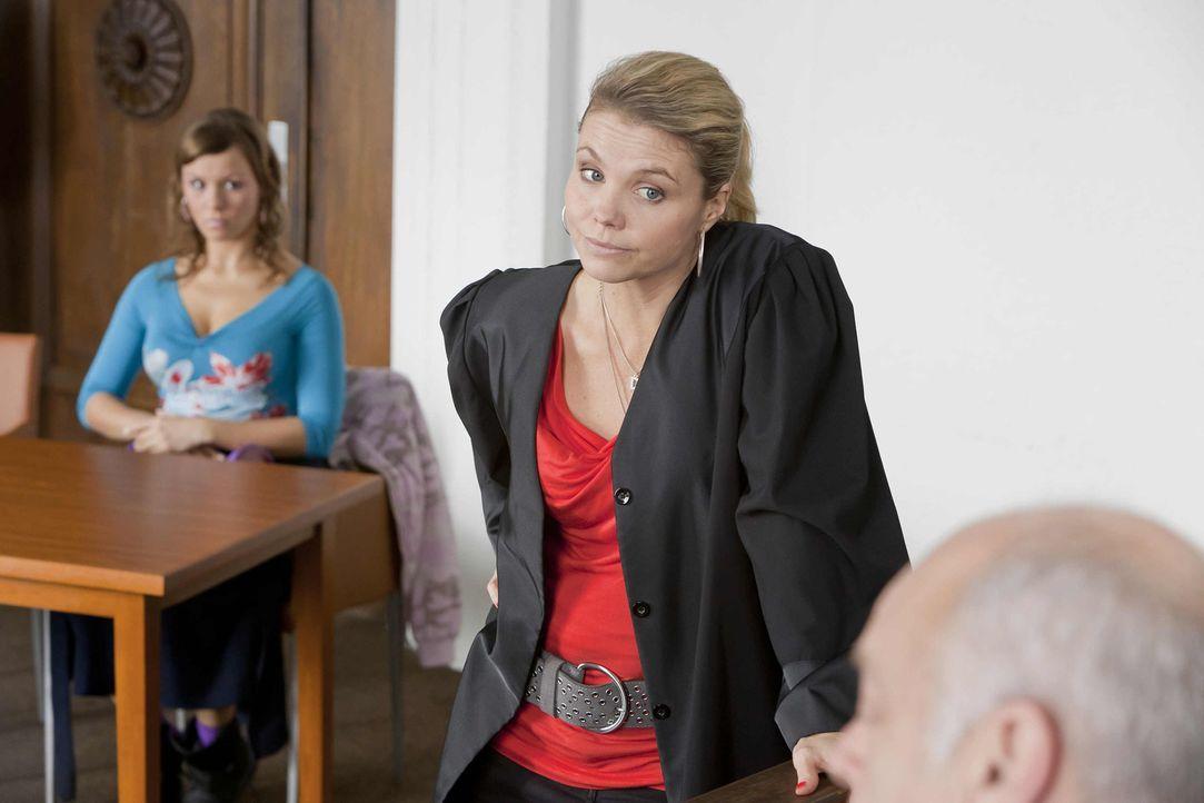 Ein neuer Fall: Danni Lowinski (Annette Frier, M.) versucht alles, um ihrer neuen Mandantin Melli (Wanda Worch, l.) zu helfen ... - Bildquelle: Frank Dicks SAT.1