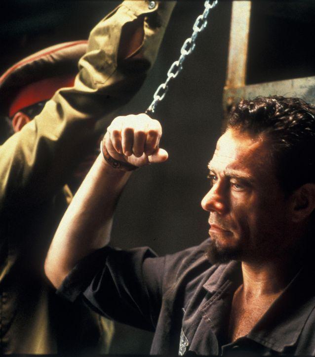 Zunächst will Kyle (Jean-Claude Van Damme) sich nicht unterordnen, lernt aber schließlich, dass er nur über den Kampf seine Freiheit wieder erlangen... - Bildquelle: NU IMAGE