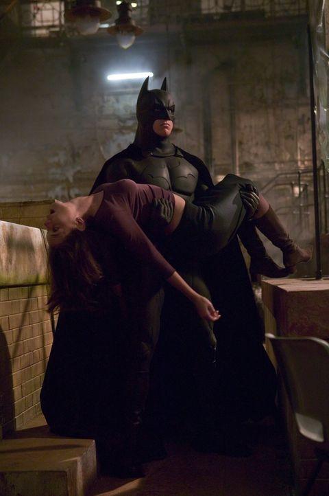 """In letzter Minute kann Batman (Christian Bale, r.) Rachel (Katie Holmes, l.) aus der Hand des hemmungslosen """"Scarecrow"""" befreien ... - Bildquelle: 2005 Warner Brothers"""