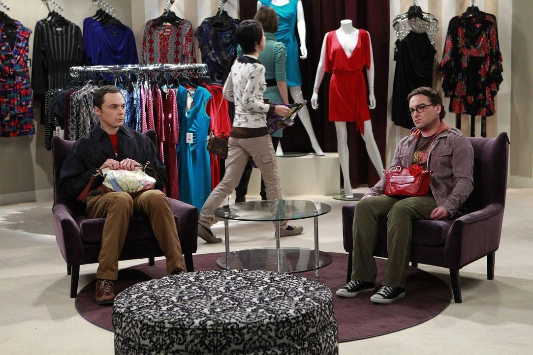 Sprechen darüber, welche Kompromisse sie in ihrem Wohnalltag immer wieder eingehen und Leonard (Johnny Galecki, r.) handelt mit Sheldon (Jim Parsons... - Bildquelle: Warner Bros. Television