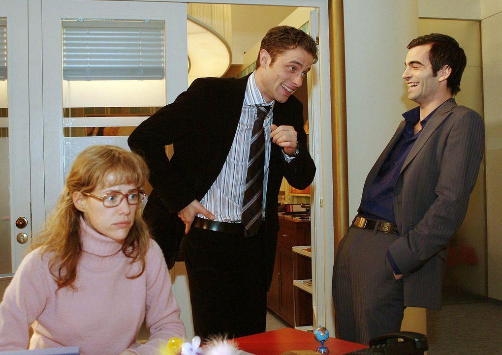 Lisa (Alexandra Neldel, l.) glaubt, dass auch Max (Alexander Sternberg, M.) und David (Mathis Künzler, r.) sich prächtig über sie amüsieren. (Di... - Bildquelle: Sat.1