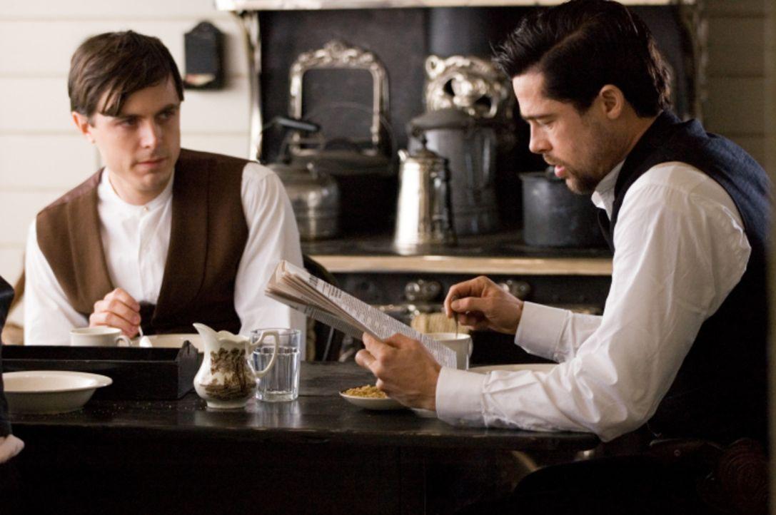 Buhlt um die Aufmerksamkeit seines Idols Jesse James (Brad Pitt, r.): Robert Ford (Casey Affleck, l.) ... - Bildquelle: TM and   2007 Warner Bros. Entertainment Inc. All Rights Reserved.