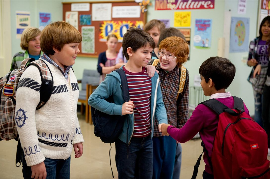 Für Greg (Zachary Gordon, 2.v. l.), Rowley (Robert Capron, l.), Fregley (Grayson Russell, 2.v.r.) und Chirag (Karan Brar, r.) beginnt ein neues Schu... - Bildquelle: 2011 Twentieth Century Fox Film Corporation. All rights reserved.