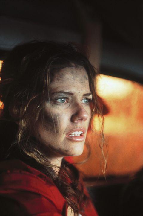 Julie (Tamara Davies) kann dem Inferno nur mit Mühe entkommen ... - Bildquelle: Highlight Film