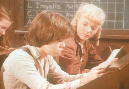 Unsere kleine Farm - Nellie Oleson (Alison Arngrim, r.) zeigt Andy Garvey (Pa...