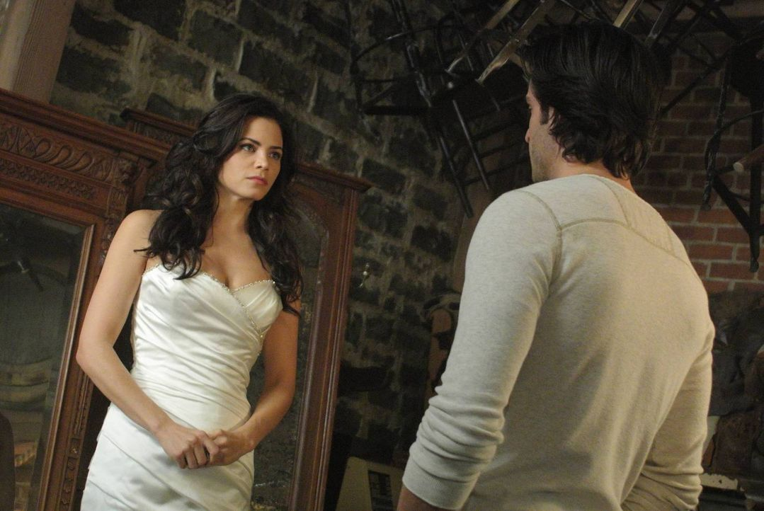 Die Hochzeitsvorbereitungen schreiten unaufhörlich voran, und trotzdem scheint ein unsichtbares Band Freya (Jenna Dewan-Tatum, l.) und Killian (Dan... - Bildquelle: 2013 Lifetime Entertainment Services, LLC. All rights reserved.