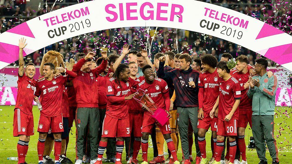 So sehen Sieger aus: Der FC Bayern München gewinnt den 10. Telekom Cup 2019 ... - Bildquelle: Getty Images